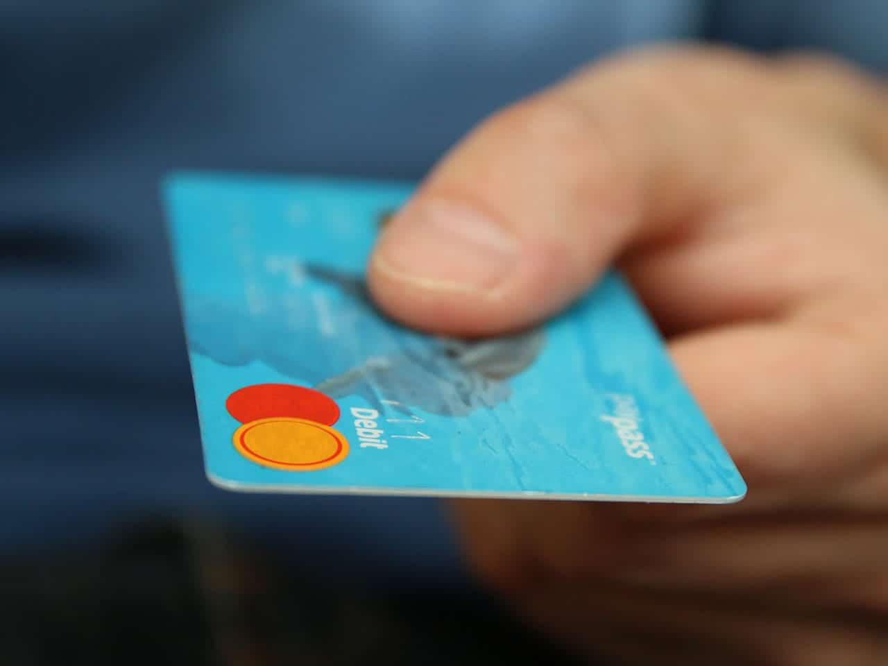 Hand haelt Kreditkarte.